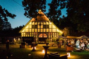 Beleuchteter Ramselhof am Abend