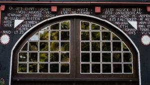 Torbogen mit Innschrift am Ramselhof